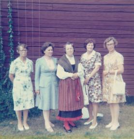 Bilden föreställer Eva (i mitten) tillsammans med fyra av de flickor som konfirmerades samtidigt. Bilden är tagen 1975.
