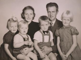 Familjen Hedblom 1955 - Mary och Erling och barnen Marie, Karl-Göran, Roger och Ellinor. Foto i privat ägo.