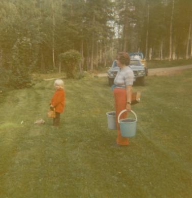 malin-farmor-eva-plockar-bär-1973