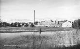 Vy över linspinneriet i Forsa socken år 1950. Källa: Flygfoto taget av Flygtrafik AB, Bengtsfors, fotot ägs av Länsmuseet i Gävleborg. Tillgängligt: https://digitaltmuseum.se/021016863961/holma-halsinglands-linspinneri-sorforsa-halsingland, [180125]. Inga bearbetningar.