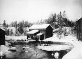 Linskäkten vid linspinneriet i Forsa socken år 1925. Källa: Foto taget av Undéns Fotografiatelier, fotot ägs av Tekniska museet Gävleborg. Tillgängligt: https://digitaltmuseum.se/021016319576/linspinneri-skakstverk-i-lund-i-forssa-socken-i-halsingland, [180125]. Inga bearbetningar.