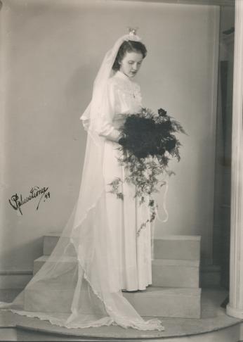 Den 25 maj 1949 står Mary Svedberg brud iklädd vit klänning, lång slöja och brudkrona.