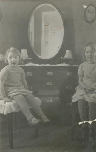 Systrarna Mary och Ingegerd i mormor Minas vardagsrum i Skogsta.