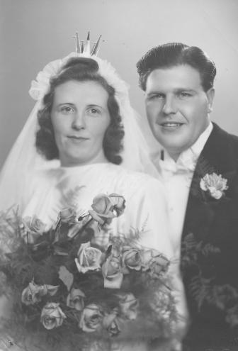 Rut* Sara Evelina Norin och Folke* Valdemar Bokvist vigs i Gustaf Vasa församling den 10 november 1945. Foto i privat ägo.