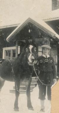 Här syns Erling med gårdens häst framför boningshuset på Rönnåsen. Foto i privat ägo.