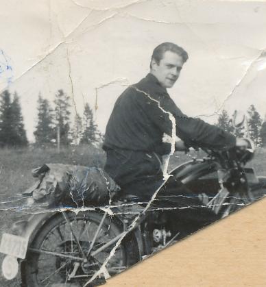 Ynglingen Erling på motorcykel