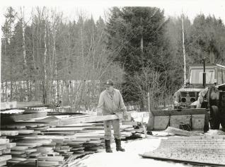 På Rönnåsen fanns ett eget sågverk där Erling bland annat sågade eget virke till gården. Foto i privat ägo.