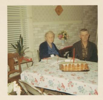 Signe och Oskar på hennes 85 årsdag - den 17 maj 1967. Foto i privat ägo